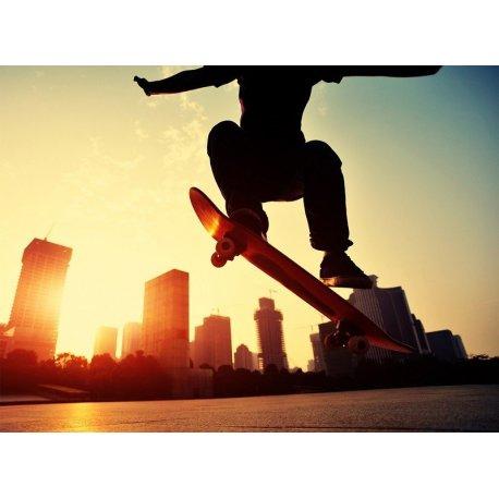 Jovem Skater salto sobre os Edifícios